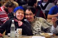 Zwei Menschen im Speisesaal