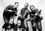 Das Foto zeigt die Bandmitglieder von Vacuum.