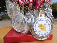 Das Bild zeigt die Medaillen, die die Teilnehmer a