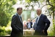 Bild: Zwei Männer in Anzug stehen sich gegenüber