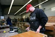 Beschäftiger bei der Arbeit in der Tischlerei