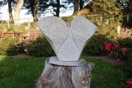 Sie sehen einen 42 cm großen Engel aus Marmor.