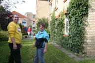 Bewohner vor dem Wohnhaus in Itzehoe, Neustadt