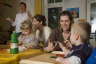 Mütter und Kinder malen und basteln mit Fingerfar
