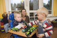Zwei Jungs spielen mit Traktoren und Polizeiautos
