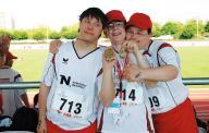 Drei Sportler zeigen ihre Medaillen