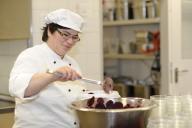 Bild Eine Mitarbeiterin füllt Rote Beete in Schä