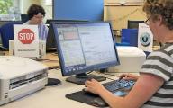 Bild Eine Mitarbeitende mit Handicap arbeitet am P