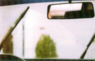 Rückspiegel vor regennasser Scheibe