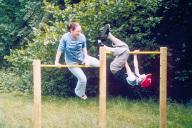 2 Kinder turnen auf Stangen