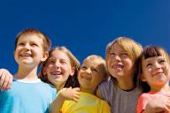 5 Kinder strahlen um die Wette