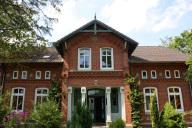 Großes Haus mit überdachtem Eingangsbereich