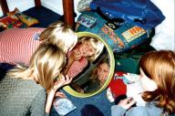 5 Kinder spielen mit einem Plastikreifen
