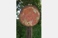 runde Eisenscheibe mit ca. 20 cm Durchmesser mit A