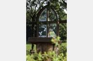 Das Bild zeigt ein freistehendes Altarfenster der