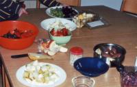 Für die Schokofrüchte haben die Kinder zunächst das Obst klein geschnitten ...