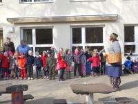 Kita-Leiterin Stephanie Kramer begrüßte als Frau Frühling gemeinsam mit den Kindern das Frühjahr