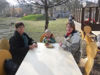 Eltern und Kinder genossen den Frühlingsanfang - und den Kuchen