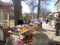 Gute Stimmung: Viele Flohmarktstände und Besucher - mittendrin die Elternvertreter am Kuchenstand