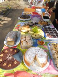 Leckeres Kuchenbuffet: Spenden der Trödelmarktverkäufer