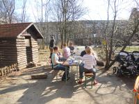 Die Trödelmarktbesucher ruhten sich bei Kaffee und Kuchen in der Sonne aus