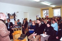 """In der DASI KiTa - """"Knirpsenland"""" in Berlin- Adlershof informierte Andreas Polutta (links)  über das Studiendesign vor MitarbeiterInnen  des Jugendamts und der DASI Berlin gGmbH"""