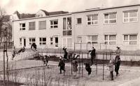 """KiTa """"Knirpsenland"""" 1971, Kinder turnen am Rohrgerüst"""