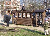 Not macht erfinderisch - aus dem Holzzug wird ein Cabrio. Eltern entfernen morsche Bretter, damit sich die Kinder beim Spielen nicht verletzen.