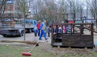 Die Vorbereitungen laufen an: der Holz-Zug wird repariert