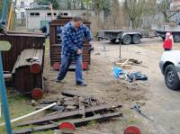 Die Lok liegt auf der Seite, das morsche Holz ist bereits entfernt. Im Hintergrund: das neue Schaukelgestell