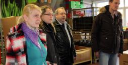 Vier Mitarbeiter der Camfil KG beim Rundgang durch die Werkstatt.
