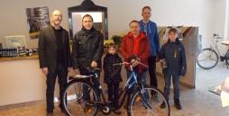 Auf dem Foto sind von links zu sehen: Der Einrichtungsleiter Stepan Bruns, der Gewinner des Fahrrades Roland Müller, Finn Köberich, Robert Schacht, Zweiradmechanikermeister Sven Gattinger und der große Bruder von Finn.