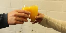 Ausbildung geschafft - mit Orangensaft wird angestoßen
