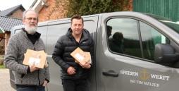 Spendenübergabe vor Fahrzeug