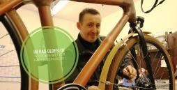 Eine Prson repariert ein  Rad
