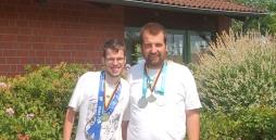 Das Bild zeigt von links Tobias Elsner und Sebastian Engels mit ihren Medaillen.