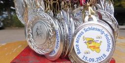 Das Bild zeigt die Medaillen, die die Teilnehmer am Ziel in Empfang nehmen konnten.
