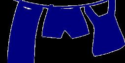 An einer Wäscheleine hängen drei Wäschestücke, ein Kleid, ein Lacken und eine Hose.