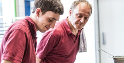 Bild: Zwei Männer stehen nebeneinander.