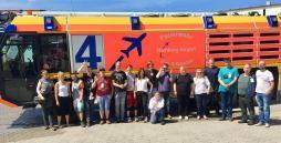 Unser Berufsbildungsbereich vor dem Feuerwehrfahrzeug. Ein Gruppenfoto.