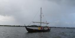 Wikingerschiff Sigyn ohne Besegelung auf der Schlei. Das Wetter ist grau in grau.