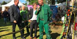Minister Habeck am Stand des Garten-Teams der Werkstätten Materialhof