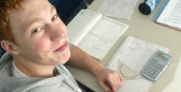 Jugendlicher bearbeitet fachtheoretische Aufgaben