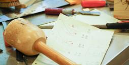 Werkzeuge und Skizze auf dem Tisch