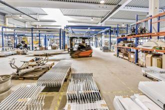 Gabelstaplerfahrer in einer Produktionshalle