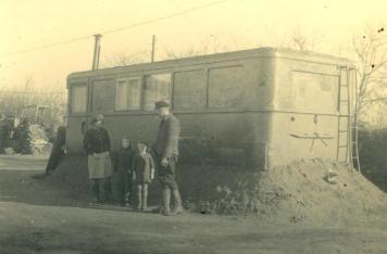 Lieber ein alter Bus als die überfüllte Baracke: Flüchtlingsfamilie in Schleswig-Holstein