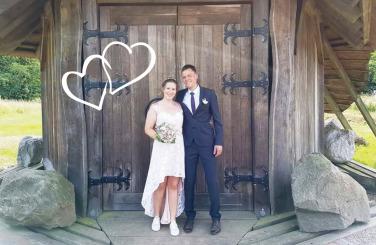 Das glückliche Brautpaar vor dem gut2-Quellhaus.