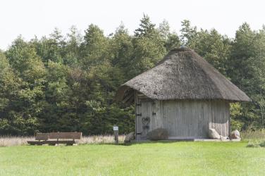 Das Bild zeigt das gut2-Quellhaus, umgeben von ein