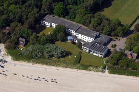 Bild: Eine Luftansicht des Nordseesanatorium Marienhofs umgeben von Strand und Grünflächen