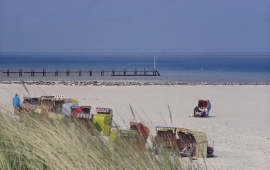 Bild: Der weitläufige Strand beim Nordseesanatorium, eine Brücke die ins Meer ragt, Standkörbe und Dünen